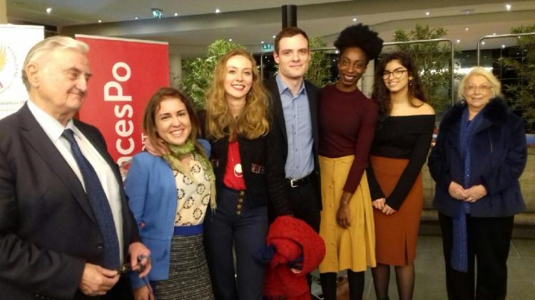 sept personnes devant un bandeau Sciences Po
