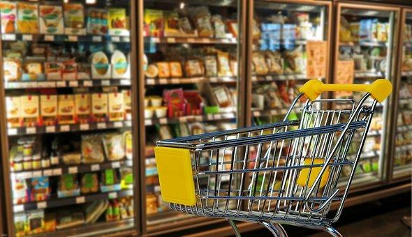 rayon de supermarché, section produits frais avec un caddie en premier plan