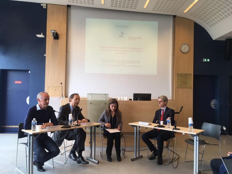 quatre personnes, trois hommes et une femme devant un écran de présentation